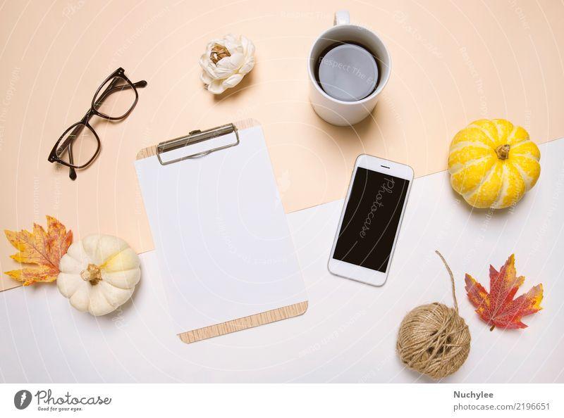 Schreibtisch im Herbst Stil Farbe Blatt gelb Lifestyle Business Design Arbeit & Erwerbstätigkeit Textfreiraum Büro modern Technik & Technologie Aussicht