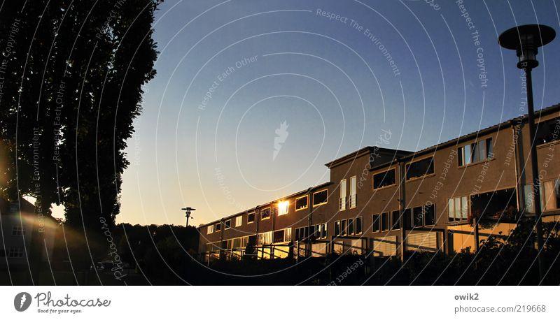 Wohnwelten Stadt Baum Haus Fenster Architektur Gebäude Fassade Wetter Tür modern Klima Schönes Wetter Straßenbeleuchtung Bauwerk Wolkenloser Himmel