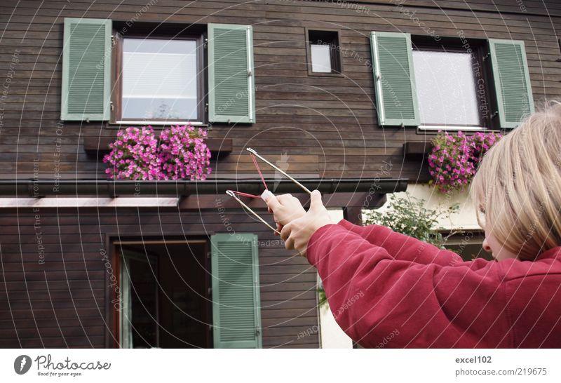 shoot and run Mensch Kind Haus Junge bedrohlich Ziel Wut Kindheit Ärger zielen Aggression frech Waffe Angriff Einfamilienhaus listig