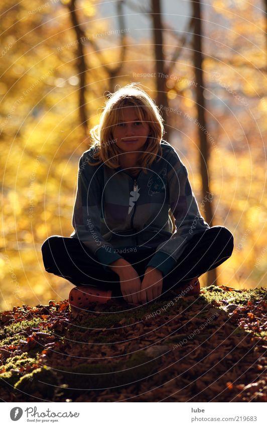 Probesitzen Mensch Jugendliche ruhig Wald Herbst Zufriedenheit warten blond nachdenklich langhaarig ruhen Waldboden Junge Frau