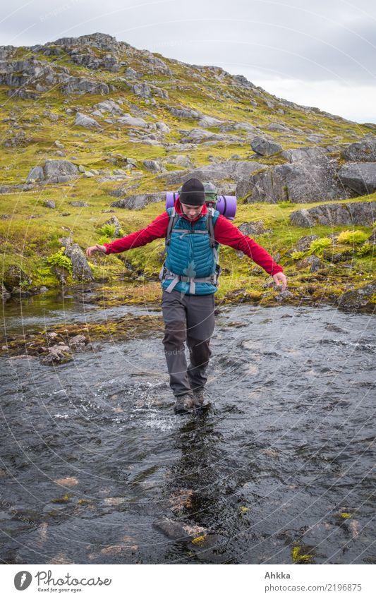 Junger Mann überquert einen Fluss Ferien & Urlaub & Reisen Abenteuer wandern Jugendliche 1 Mensch Natur Wasser Norwegen laufen authentisch Unendlichkeit