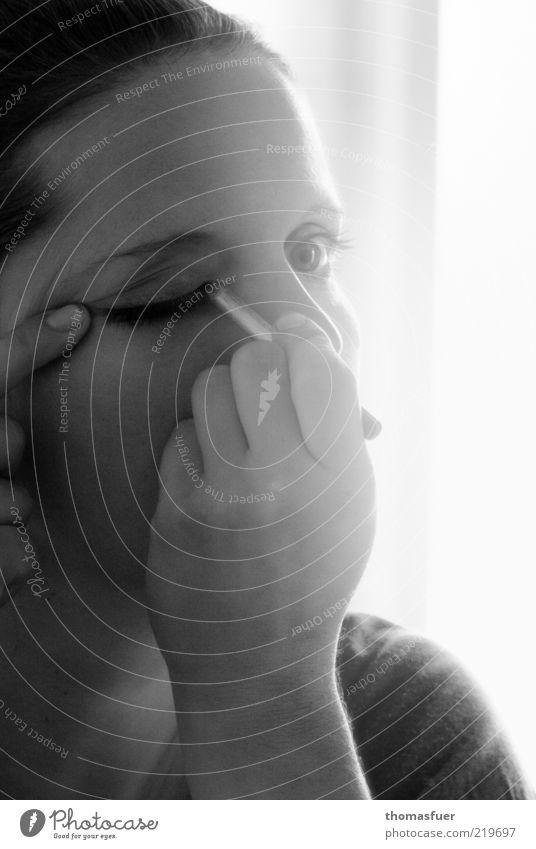 Vorbereitung Haut Gesicht Schminke Wimperntusche ausgehen Mensch feminin Junge Frau Jugendliche Kopf Auge Hand 1 18-30 Jahre Erwachsene schön schwarz weiß
