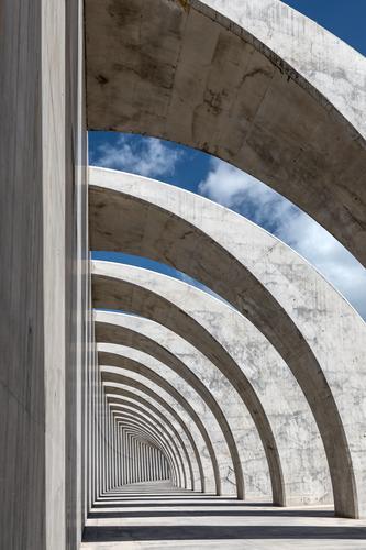 Zebra color Himmel blau weiß schwarz Wand Mauer grau Zufriedenheit Kraft groß hoch Beton rund Bauwerk eckig gigantisch