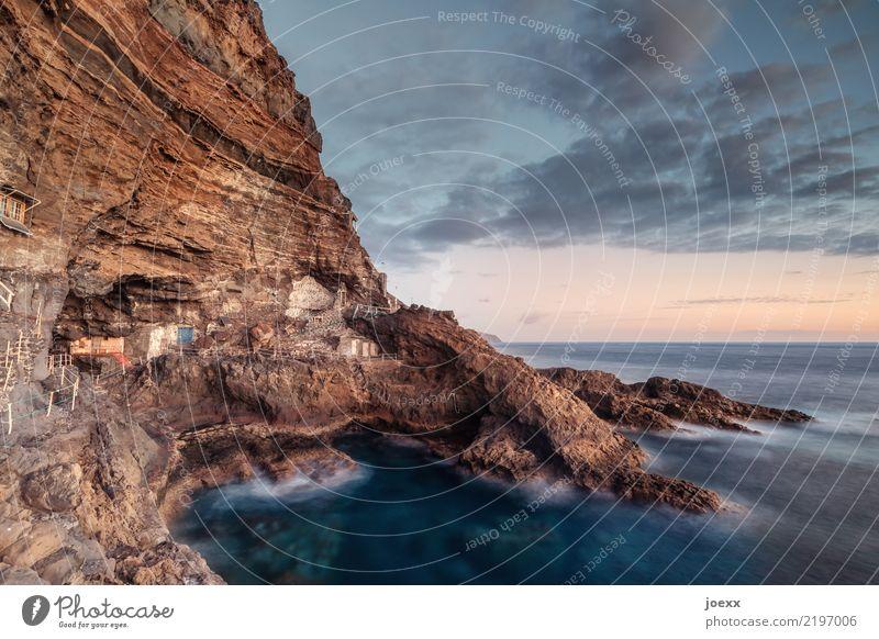 Schöner Wohnen Wasser Himmel Wolken Horizont Sommer Felsen Meer Insel Klippe La Palma Spanien Haus Hütte Mauer Wand alt gigantisch klein blau braun orange