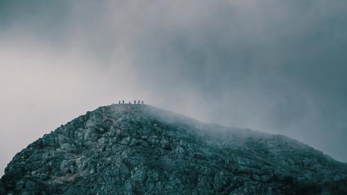 gipfelstürmer Mensch Wolken Berge u. Gebirge Umwelt kalt Menschengruppe Felsen wandern Nebel gefährlich Spitze bedrohlich Gipfel Ziel Alpen Sportmannschaft