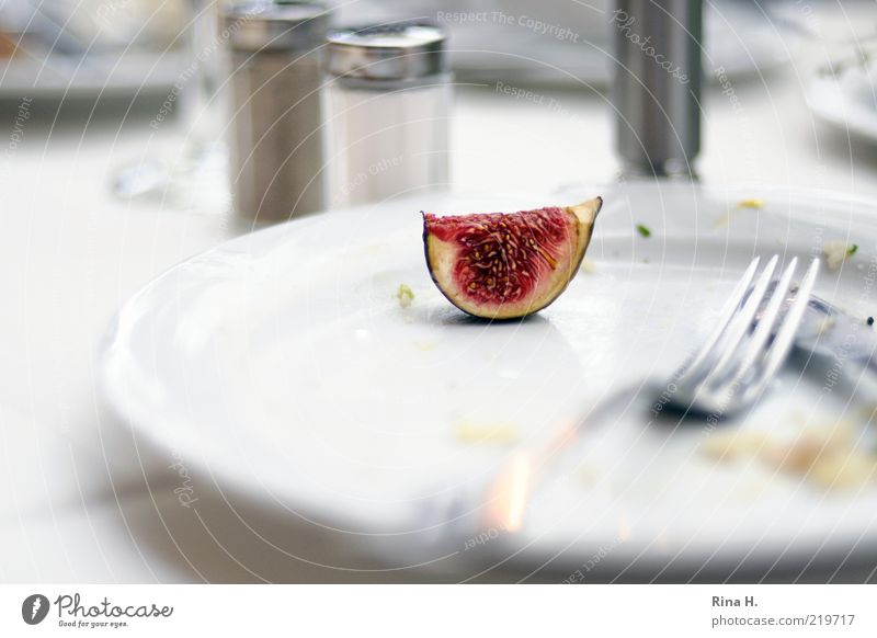 Kostverächter weiß rot hell Zufriedenheit Frucht frisch Ernährung lecker Teller Rest Besteck Gabel Vegetarische Ernährung satt Feige abgelehnt