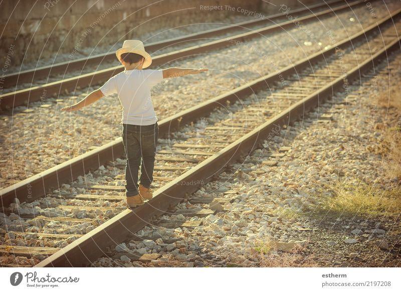 Kind auf Bahngleisen Mensch Ferien & Urlaub & Reisen Einsamkeit Freude Lifestyle Gefühle Bewegung Glück Spielen Freiheit Ausflug maskulin Verkehr Kindheit