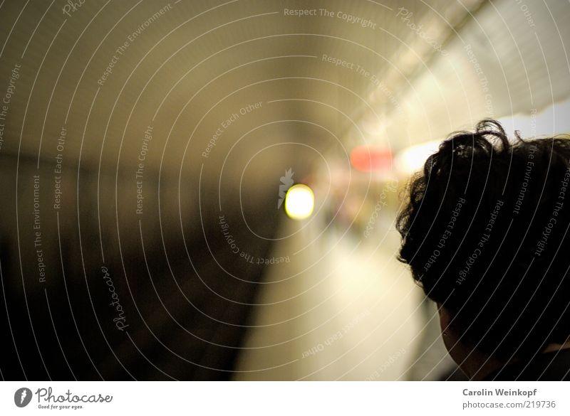 Licht. Ferne Kopf Haare & Frisuren Linie warten USA Gleise U-Bahn Tunnel Verkehrswege Langeweile Bahnhof Verkehrsmittel Bahnsteig Passagier Bahnfahren
