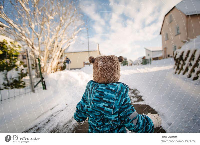 Sneee! Mensch Himmel blau grün weiß Baum Wolken Winter Straße Schnee Familie & Verwandtschaft Junge Spielen Freiheit braun maskulin