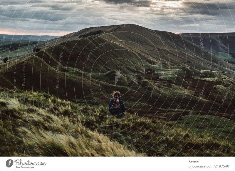 Warten auf die Nacht Frau Mensch Himmel Sommer Landschaft Erholung Wolken Einsamkeit ruhig Ferne Lifestyle Erwachsene Leben feminin Gras Freiheit