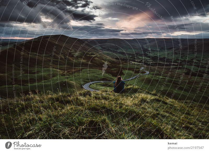 Die Show genießen Mensch Natur Sommer Landschaft Erholung ruhig Ferne dunkel Lifestyle Erwachsene Leben Wiese Gras Freiheit Ausflug Zufriedenheit