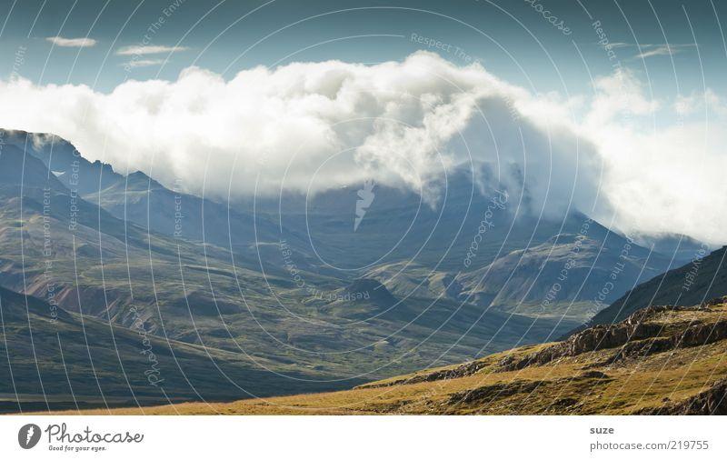 Nothing else matters Natur Himmel Wolken Berge u. Gebirge Landschaft Umwelt fantastisch außergewöhnlich Gipfel Island Schönes Wetter mystisch Tal Berghang Ebene