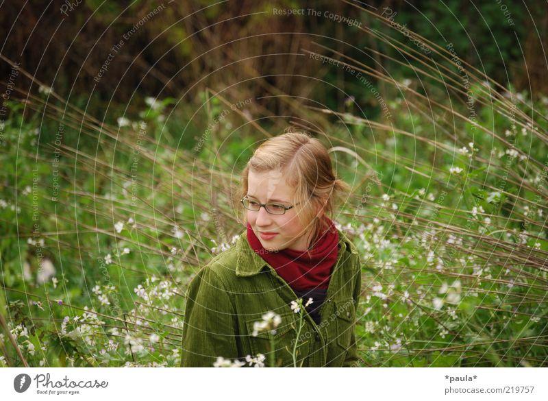 An Dich denken. Mensch Junge Frau Jugendliche Kopf Gesicht 1 13-18 Jahre Kind Landschaft Gras Sträucher Jacke Schal Brille brünett langhaarig beobachten