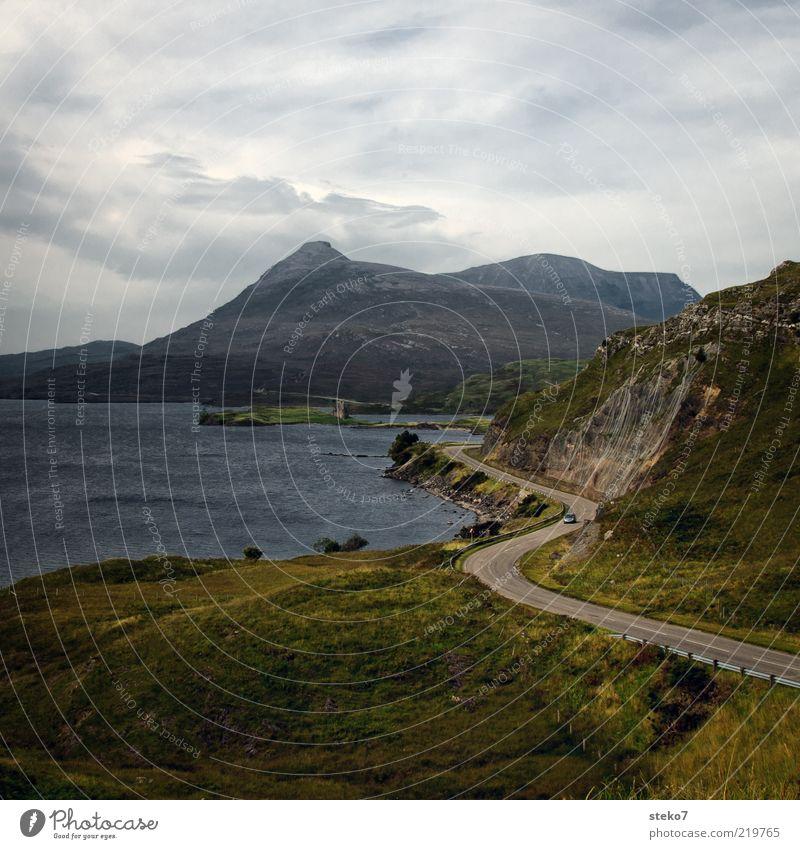 kein Schottlandbild ohne Ruine Ferien & Urlaub & Reisen Einsamkeit Berge u. Gebirge Freiheit PKW Gipfel Kurve Seeufer Küstenstraße