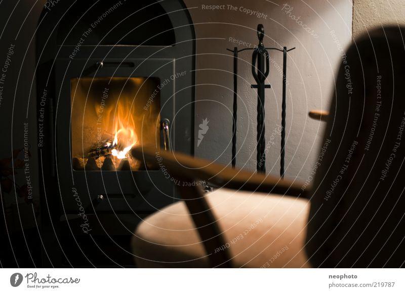 Rückzugsgebiet ruhig schwarz gelb Erholung Wärme Zufriedenheit braun Wohnung Romantik Häusliches Leben Möbel Wohnzimmer brennen gemütlich Flamme