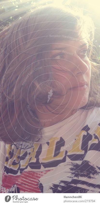 Lichtstrahlen Jugendliche schön Gesicht feminin Gefühle Erwachsene Stimmung Zufriedenheit Hoffnung T-Shirt brünett Lebensfreude Schönes Wetter 18-30 Jahre Frau Junge Frau