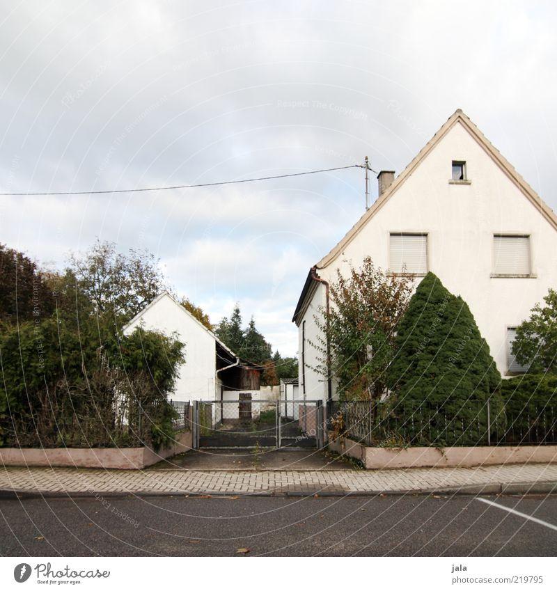 nachbarschaft Himmel Wolken Pflanze Baum Sträucher Haus Tor Bauwerk Gebäude Architektur Straße Wege & Pfade trist grau grün weiß Einfamilienhaus Farbfoto