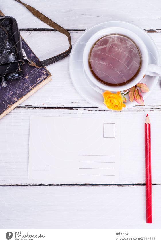 leere Papierpostkarte mit rotem Bleistift Frühstück Getränk Tee Becher Fotokamera Buch Blume Holz frisch heiß retro gelb weiß Ferien & Urlaub & Reisen Postkarte