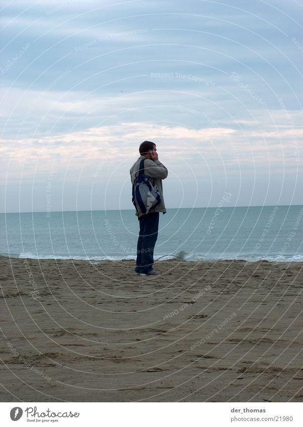 überall mobil Strand Mann maskulin Mobilität geschäftlich Einsamkeit Meer Wellen Verkehr Mensch Telefon Wasser Telefongespräch