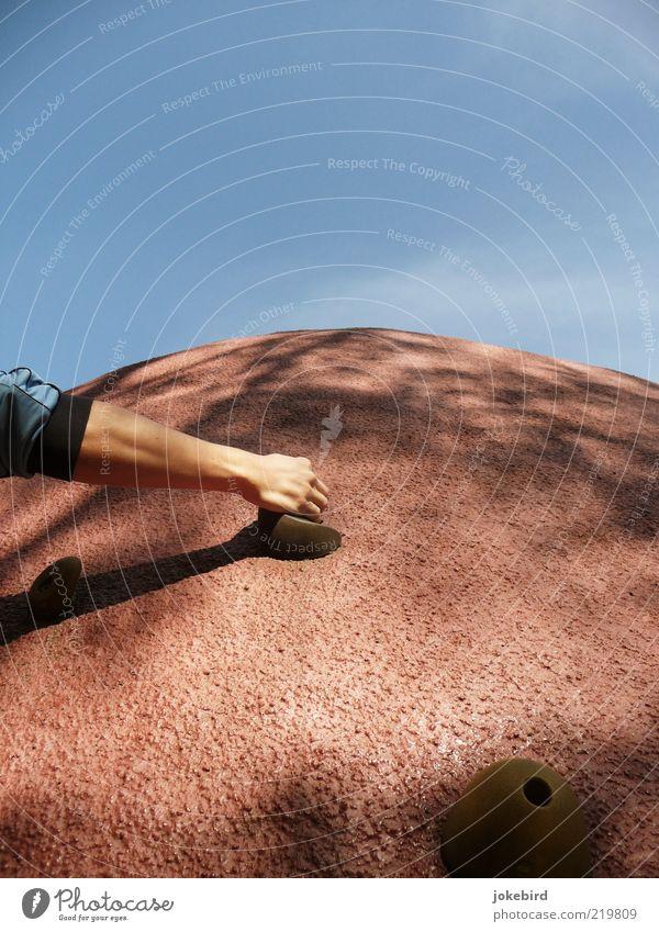 Alles im Griff Himmel Hand blau Stein Kraft Arme Freizeit & Hobby Klettern festhalten Gipfel Sport Bergsteigen Funsport Kletterwand Bouldern