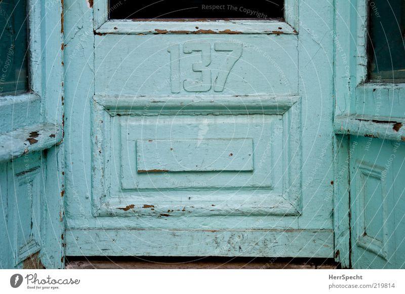 137 alt blau Holz Gebäude Glas Tür verfallen schäbig hell-blau Hausnummer verkratzt Eingangstür Kassettentür