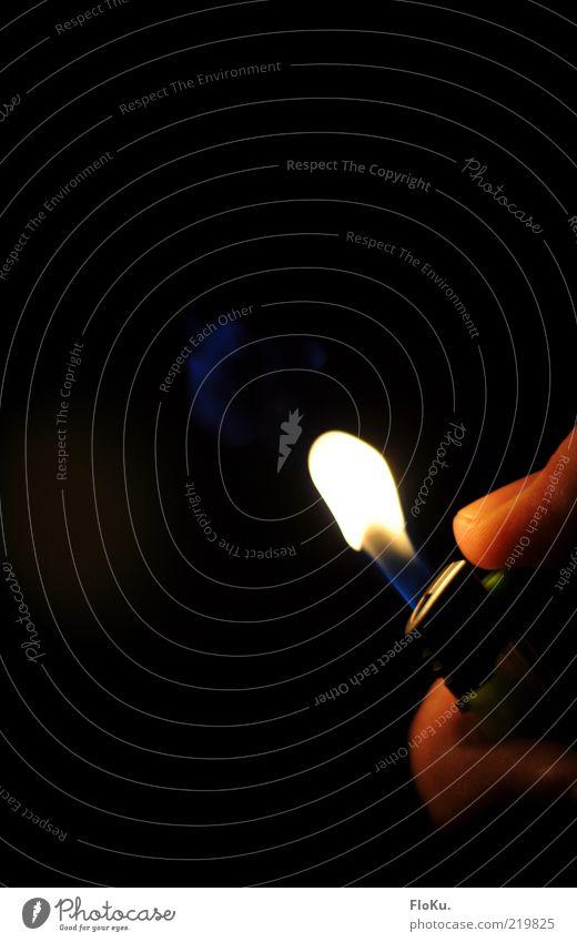 swoosh Hand rot gelb Wärme Finger Feuer heiß Flamme Fingernagel Momentaufnahme Feuerzeug anzünden zündeln