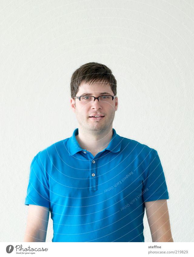 Lach doch mal, man sieht die Falten nicht! Mensch Mann Jugendliche blau Erwachsene maskulin Brille stehen Körperhaltung brünett Selbstportrait Porträt