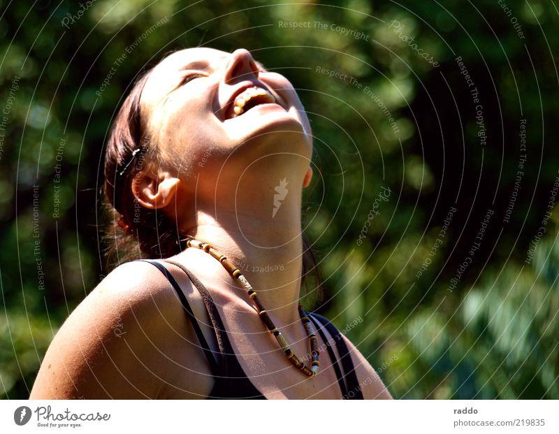 Catching the Sun Frau Mensch Jugendliche schön Sommer Freude Gesicht feminin Glück lachen Kopf Zufriedenheit Erwachsene Umwelt Fröhlichkeit Sträucher