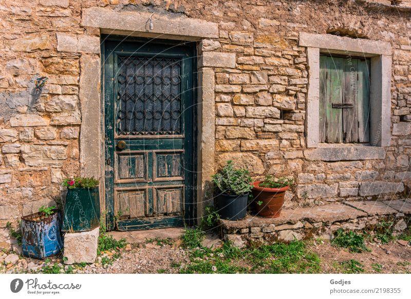 Fassade, Old Perithia Erde Pflanze Gras Nutzpflanze Topfpflanze Korfu Dorf Menschenleer Mauer Wand Fenster Tür Türknauf Fensterladen alt blau braun grau grün