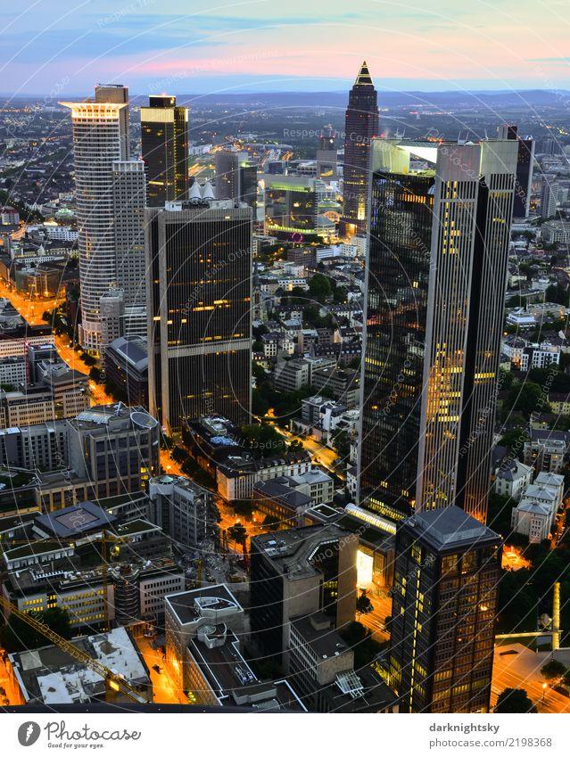 Panorama des Bankenviertels von Frankfurt am Main blau Stadt schwarz Architektur gelb Deutschland rosa oben Büro Hochhaus elegant ästhetisch Europa hoch