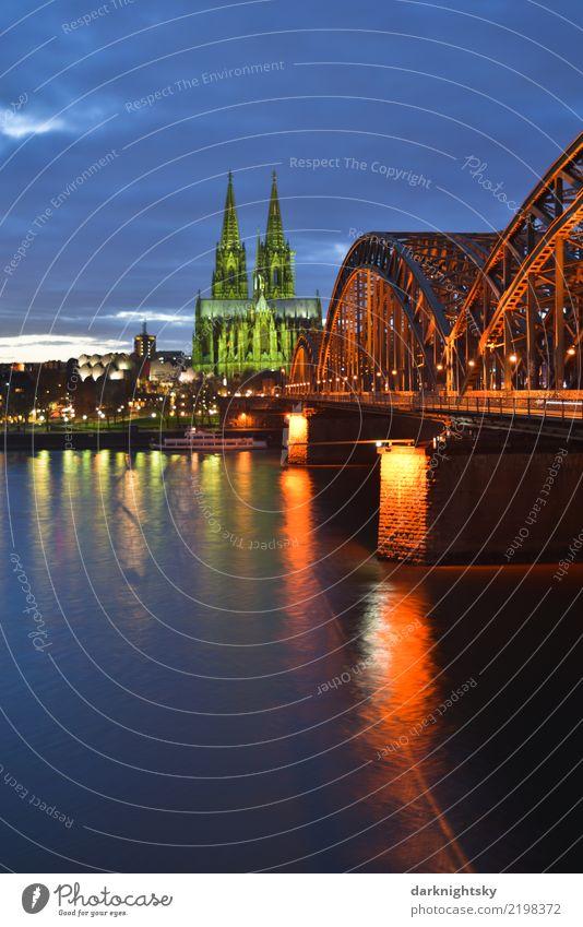 Köln Panorama zur Abendzeit mit Kölner Dom Himmel blau Stadt grün Wasser Landschaft Haus Architektur Deutschland Europa Brücke Bundesadler Skyline Stadtzentrum