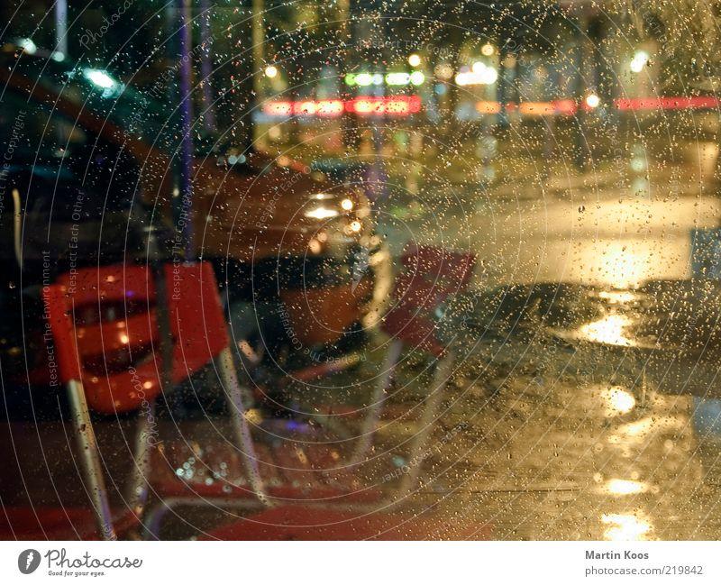 Und wie wars Wetter? Nachtleben dunkel Regen Wassertropfen Fensterscheibe nass mehrfarbig Stuhl Stadtleben Straßencafé Berlin Kreuzberg Friedrichshain Unschärfe