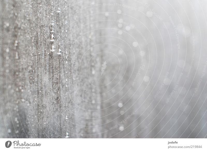 Es regnet Einsamkeit Wand Tod grau Mauer glänzend Wassertropfen Beton Fassade Trauer trist Flüssigkeit Wasser Glätte hart