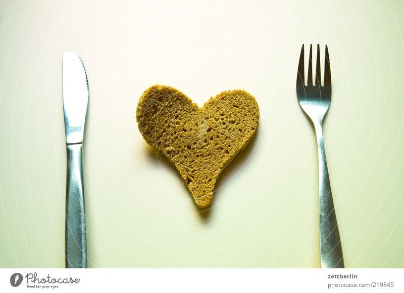 Messer, Brot, Gabel Lebensmittel Ernährung Besteck Zeichen Herz Glück Gefühle trocken Strukturen & Formen Innenaufnahme Nahaufnahme Detailaufnahme Menschenleer