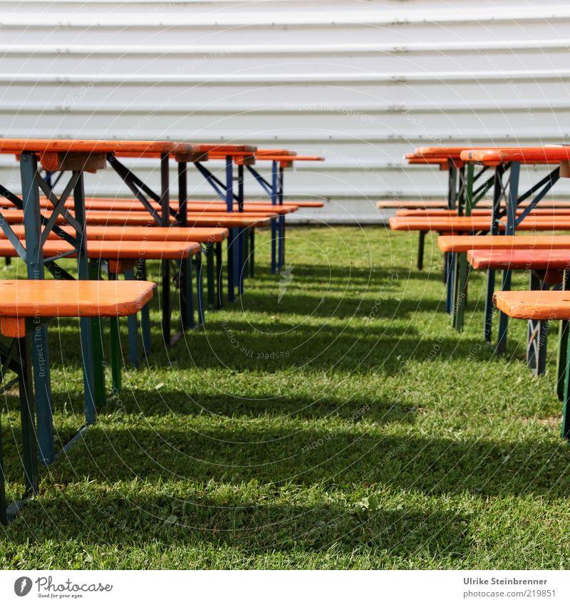 Reserviert Biertische Bank Gras Wiese Holz stehen leer Schatten Linie Metall Farbfoto Außenaufnahme Menschenleer Tag parallel Wellblechwand Fassade