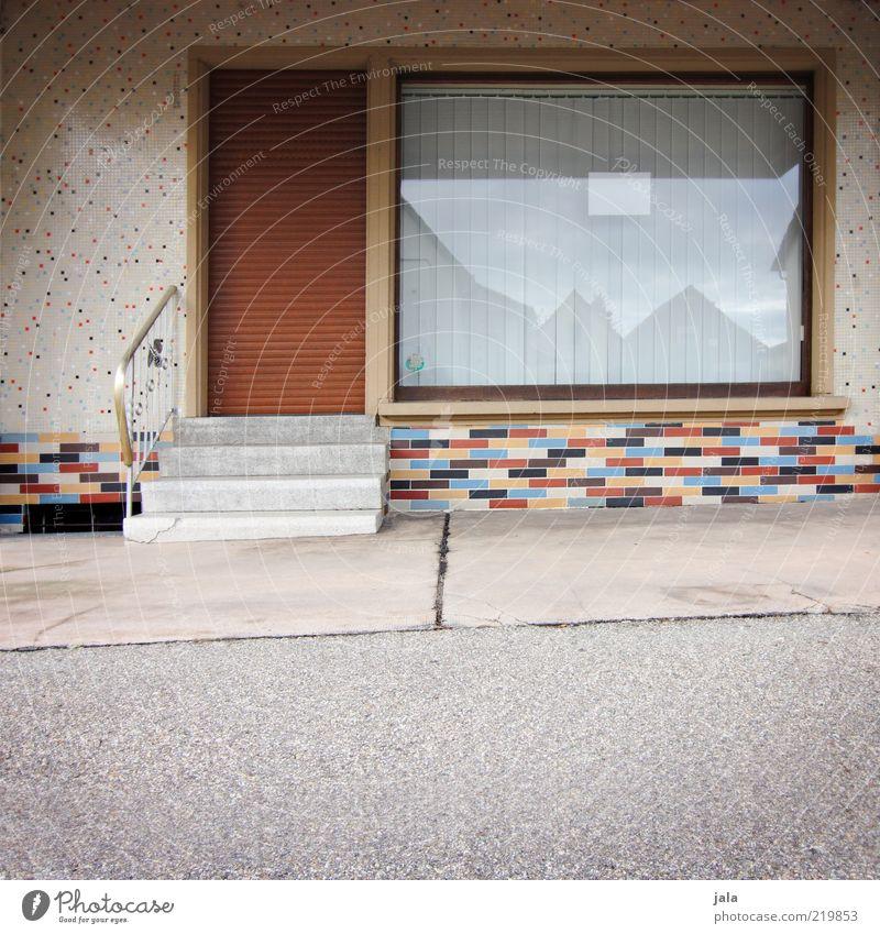 laden Kleinstadt Bauwerk Gebäude Architektur Mauer Wand Treppe Fassade Fenster Tür Fliesen u. Kacheln Mosaik Rollladen mehrfarbig geschlossen Farbfoto