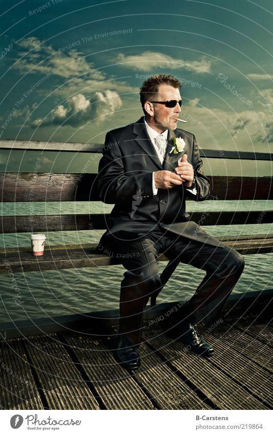 Smoketime Kaffee Hochzeit maskulin Mann Erwachsene 1 Mensch Wasser Wolken Küste Anzug Krawatte Sonnenbrille Dreitagebart genießen Coolness ruhig Rauchen