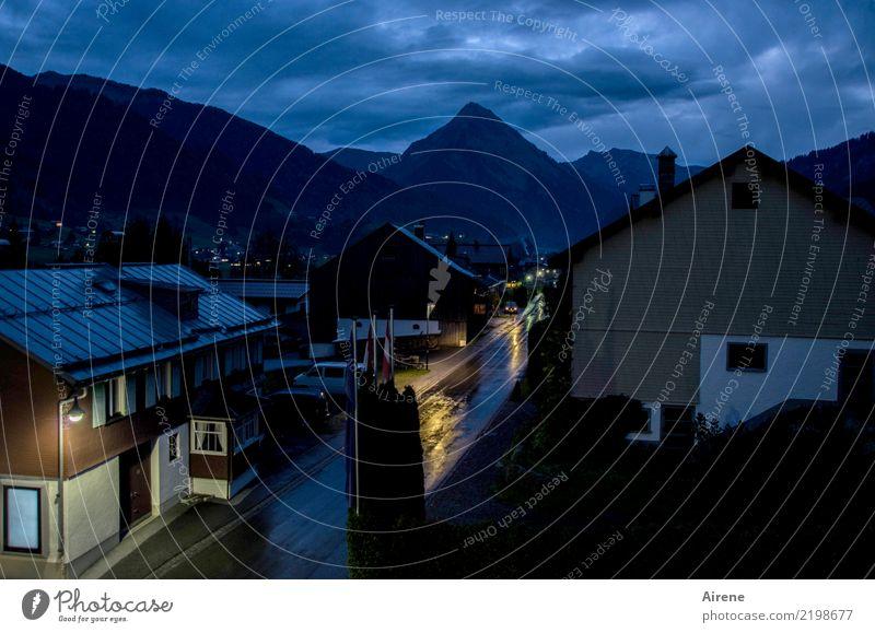 es wird jetzt früher dunkel Herbst Regen Alpen Gipfel Bregenzerwald Österreich Dorf Haus Straßenverkehr PKW fahren leuchten nass blau schwarz Mobilität Unlust