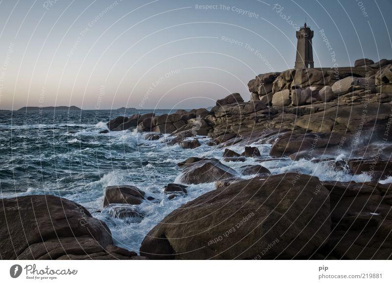 flut licht Natur Wasser Sommer Klima Wetter Wind Felsen Küste Bucht Riff Meer Leuchtturm Sicherheit Schutz Ferne Wellen Gischt tosen Signal Flut Schaum Bretagne