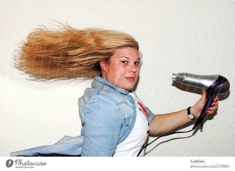 vom Winde verweht. Mensch Frau Jugendliche blau weiß Gesicht Erwachsene gelb Kopf Haare & Frisuren blond außergewöhnlich festhalten Junge Frau blasen langhaarig