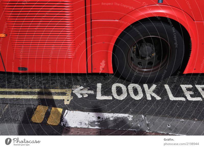 Look, ein roter Bus! Ferien & Urlaub & Reisen Tourismus Ausflug Städtereise Sommer London Hauptstadt Stadtzentrum Verkehrsmittel Verkehrswege