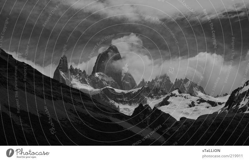 Fitz Roy Natur Wolken kalt Schnee Berge u. Gebirge Landschaft Nebel Wind Umwelt Felsen hoch Schwarzweißfoto Berghang Argentinien Südamerika gigantisch