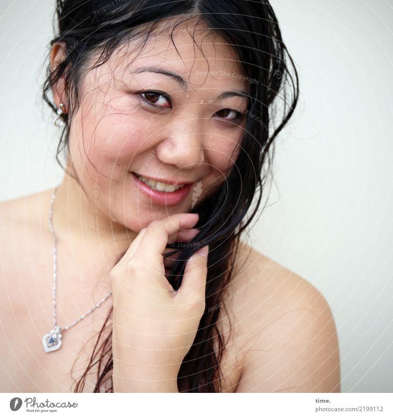 . feminin Frau Erwachsene 1 Mensch Schmuck schwarzhaarig langhaarig beobachten festhalten Lächeln Blick nackt nass Freude Fröhlichkeit selbstbewußt Leidenschaft