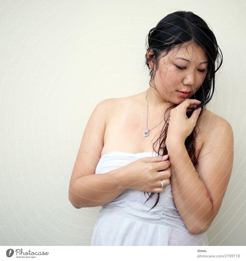 . feminin Frau Erwachsene 1 Mensch Mauer Wand Kleid Schmuck brünett langhaarig beobachten festhalten Blick stehen träumen nass schön selbstbewußt Leidenschaft