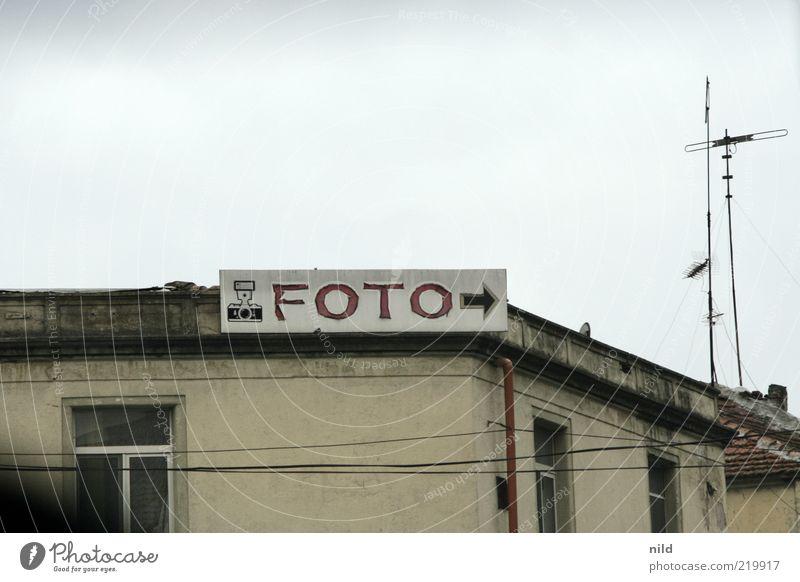 FOTO -> Himmel grau Fotografie Schilder & Markierungen Freizeit & Hobby Dach Vergänglichkeit Pfeil Werbung Handel Antenne Fotografieren Altbau veraltet