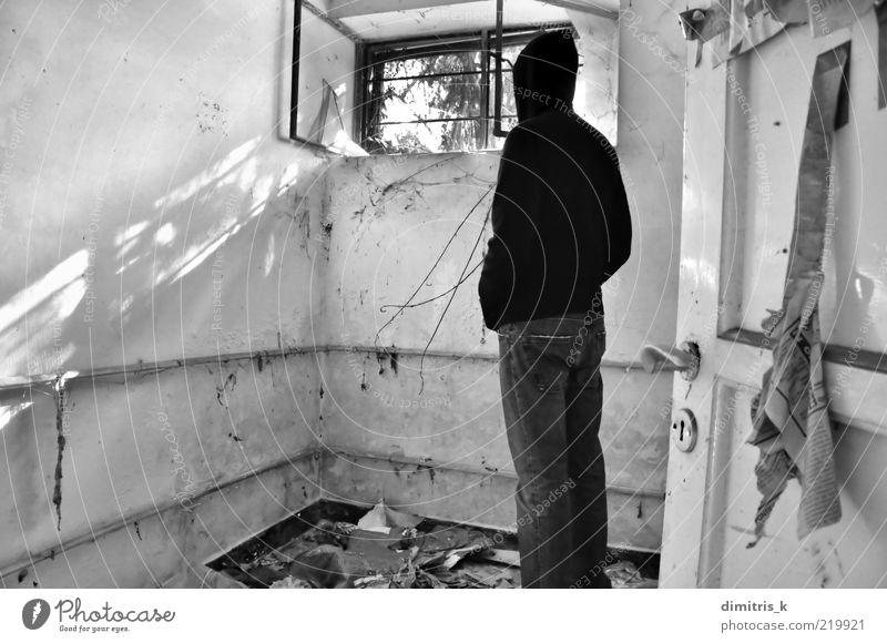 Mann alt weiß schwarz Fenster hell Raum dreckig Erwachsene Wohnung Tür trist Müll verfallen Verfall Ruine