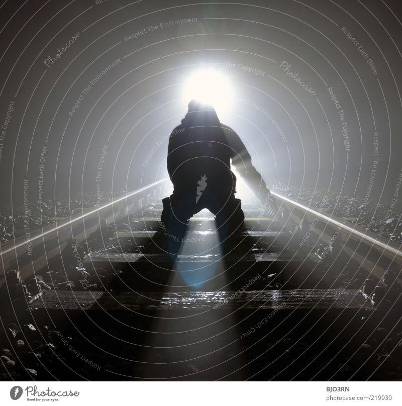 Verblendung | train tracks Mann Erwachsene Eisenbahn Gleise knien bedrohlich dunkel gruselig nah schwarz weiß Gefühle träumen Tod Schmerz Enttäuschung