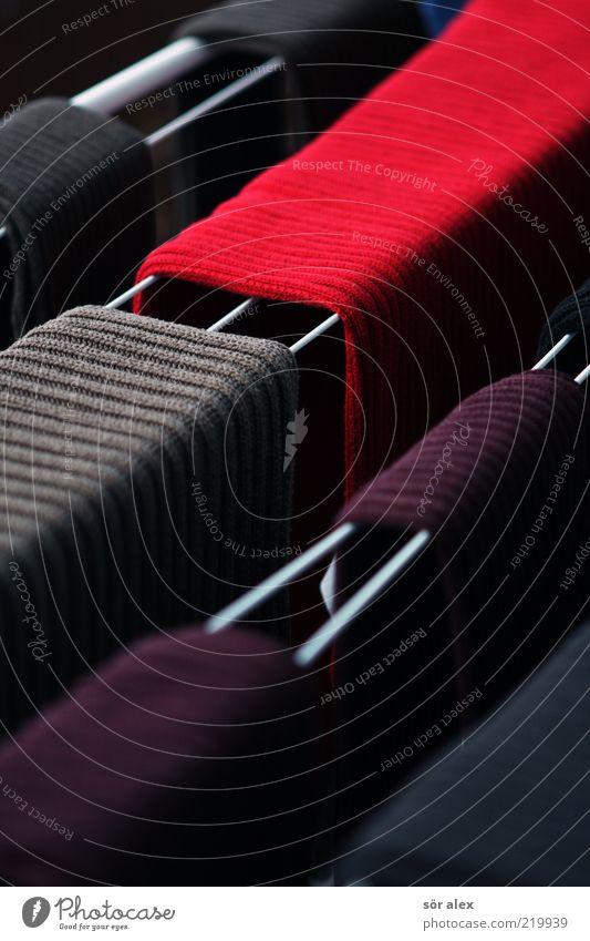 roter Strickpulli braun nass Bekleidung Sauberkeit Reinigen trocken Pullover Textilien Wolle trocknen aufhängen Waschtag Wäscheständer Alltagsfotografie