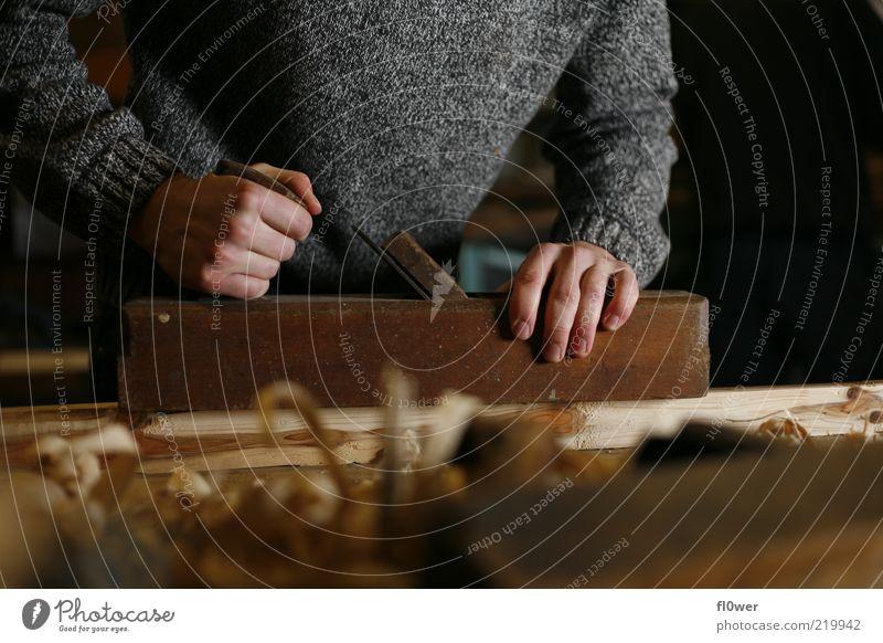 Langbogenbau live! heimwerken Handwerker maskulin Mann Erwachsene 1 Mensch Holz Arbeit & Erwerbstätigkeit bauen Tatkraft Hobeln Finger Holzspäne Werkstatt