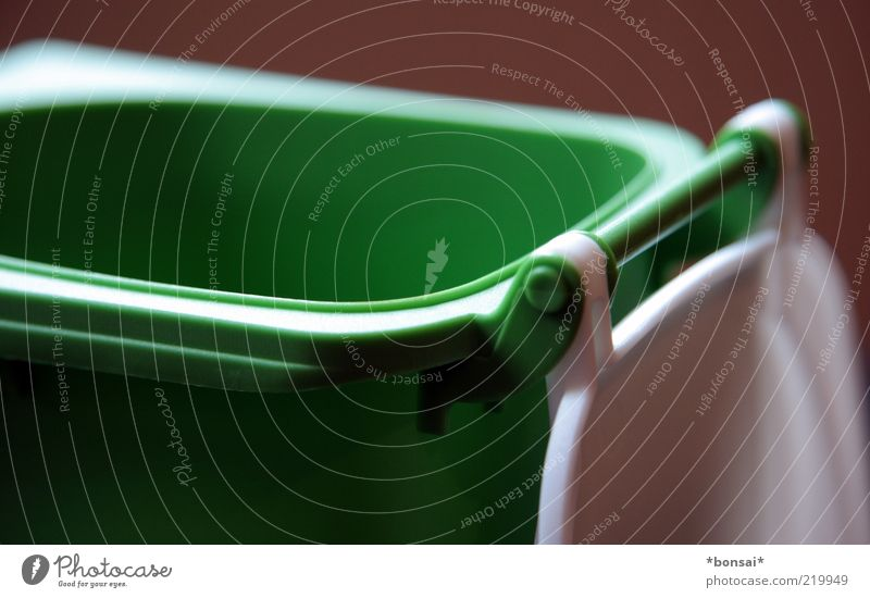 grün-weiß: noch alles offen weiß grün Umwelt Ordnung offen Sauberkeit Kunststoff Müll Dienstleistungsgewerbe Trennung ökologisch Umweltschutz Griff nachhaltig Problemlösung Müllbehälter